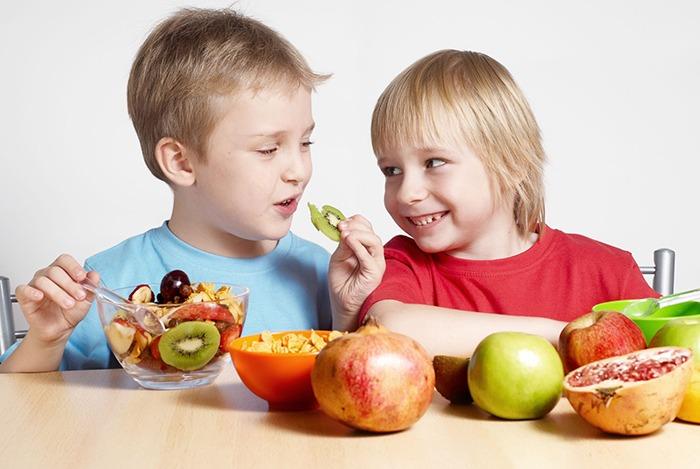 cho trẻ ăn trái cây để phát triển trí não