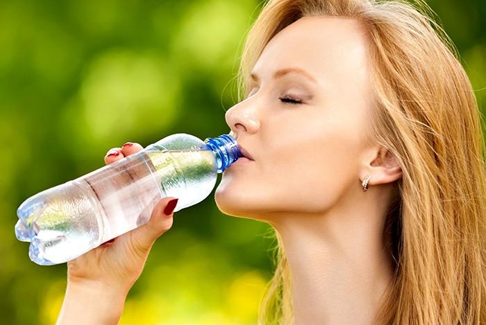 dùng lại chai nhựa không đảm bảo an toàn vệ sinh thực phẩm