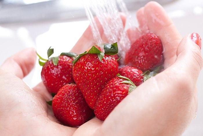 Rửa rau quả dưới vòi nước sạch
