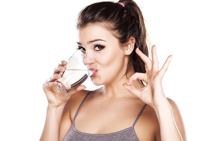 uống đủ nước mỗi ngày để bảo vệ đôi mắt
