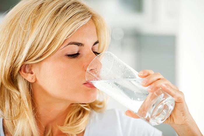 uống ít nhất 3 lít nước lọc sẽ giúp giải rượu