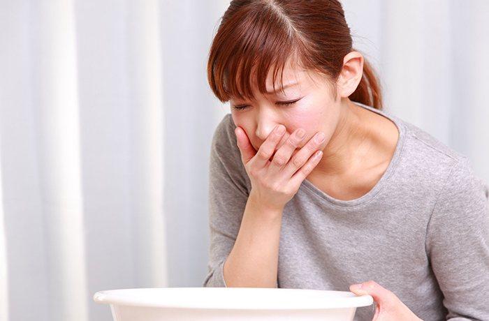 buồn nôn là triệu chứng ngộ độc thực phẩm dễ nhận biết nhất