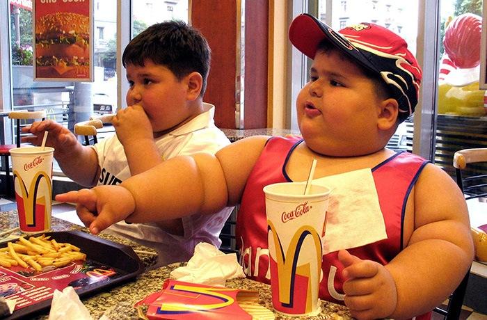 trẻ mắc bệnh béo phì nếu ăn nhiều đồ hôp