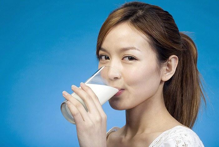 Uống sữa tươi