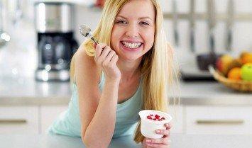 phụ nữ ăn sữa chua