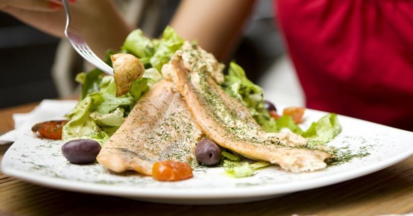 Ăn cá sẽ giúp cơ thể hấp thu omega-3 tốt hơn các viên dầu cá